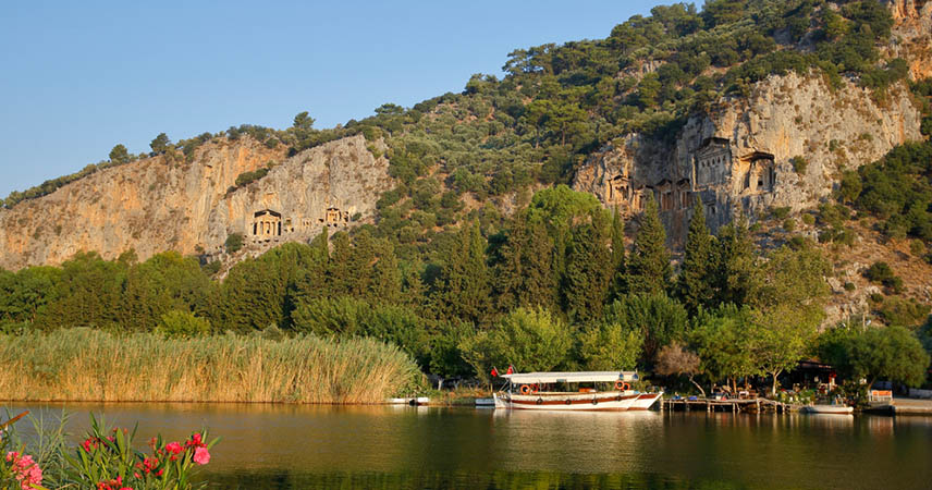 Boat trip on which we will show you the King Tombs